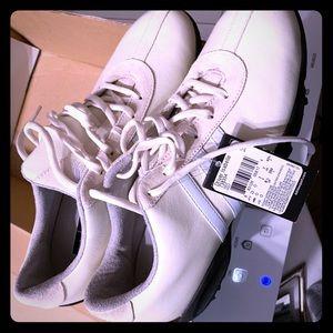 Women's golf shoes